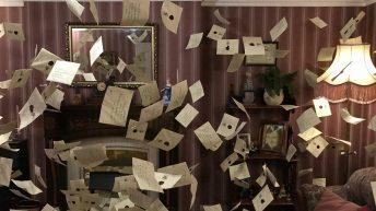 Die fliegenden Hogwarts-Einladungen im Wohnzimmer der Dursleys