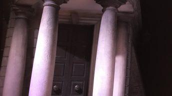 Die Gringotts Bank mit den schiefen Säulen