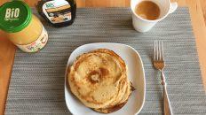 Das Pancake-Frühstück mit den Wunsch-Toppings servieren