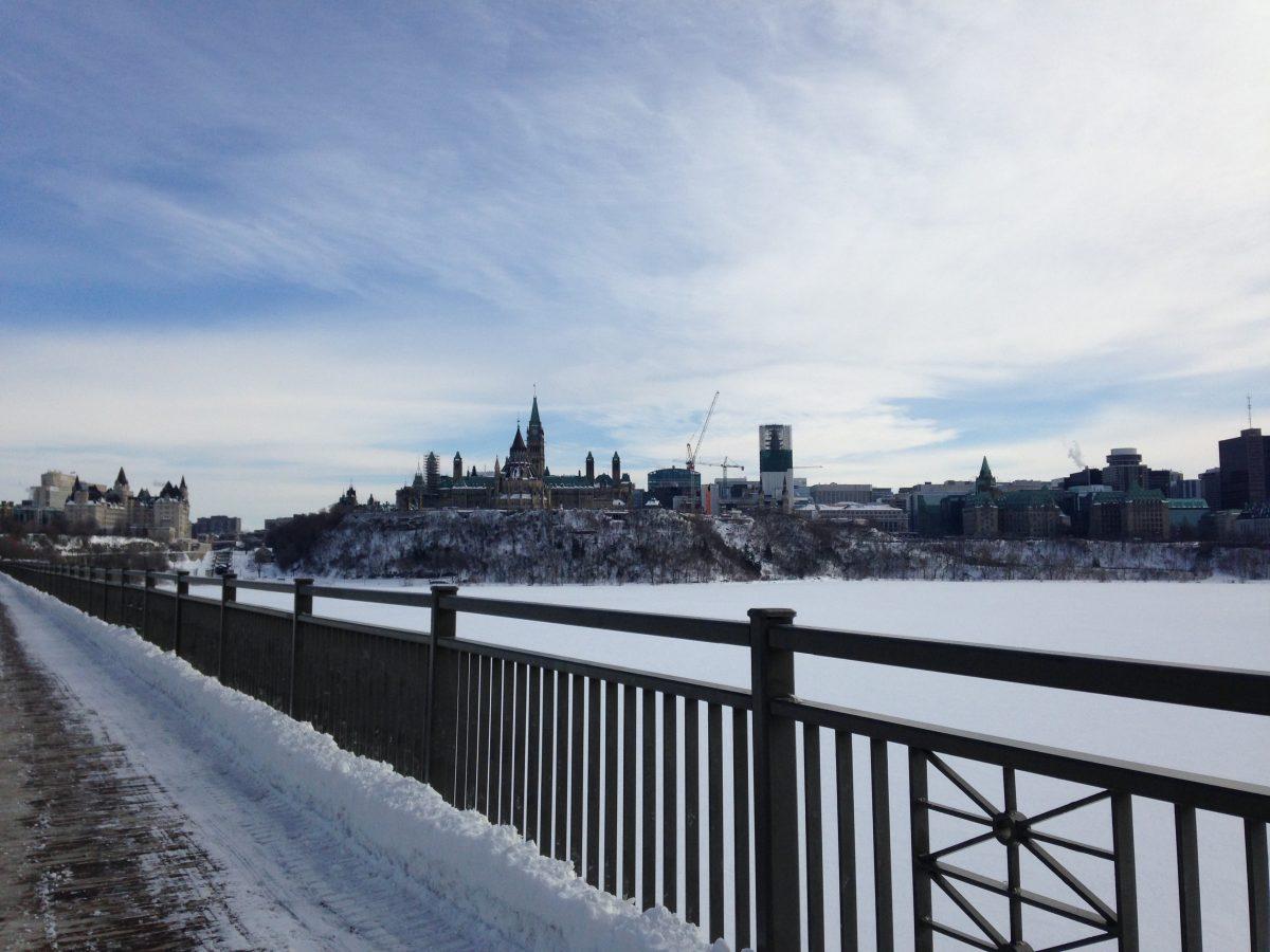 Sicht auf Ottawas englischsprachigen Teil von der Brücke aus