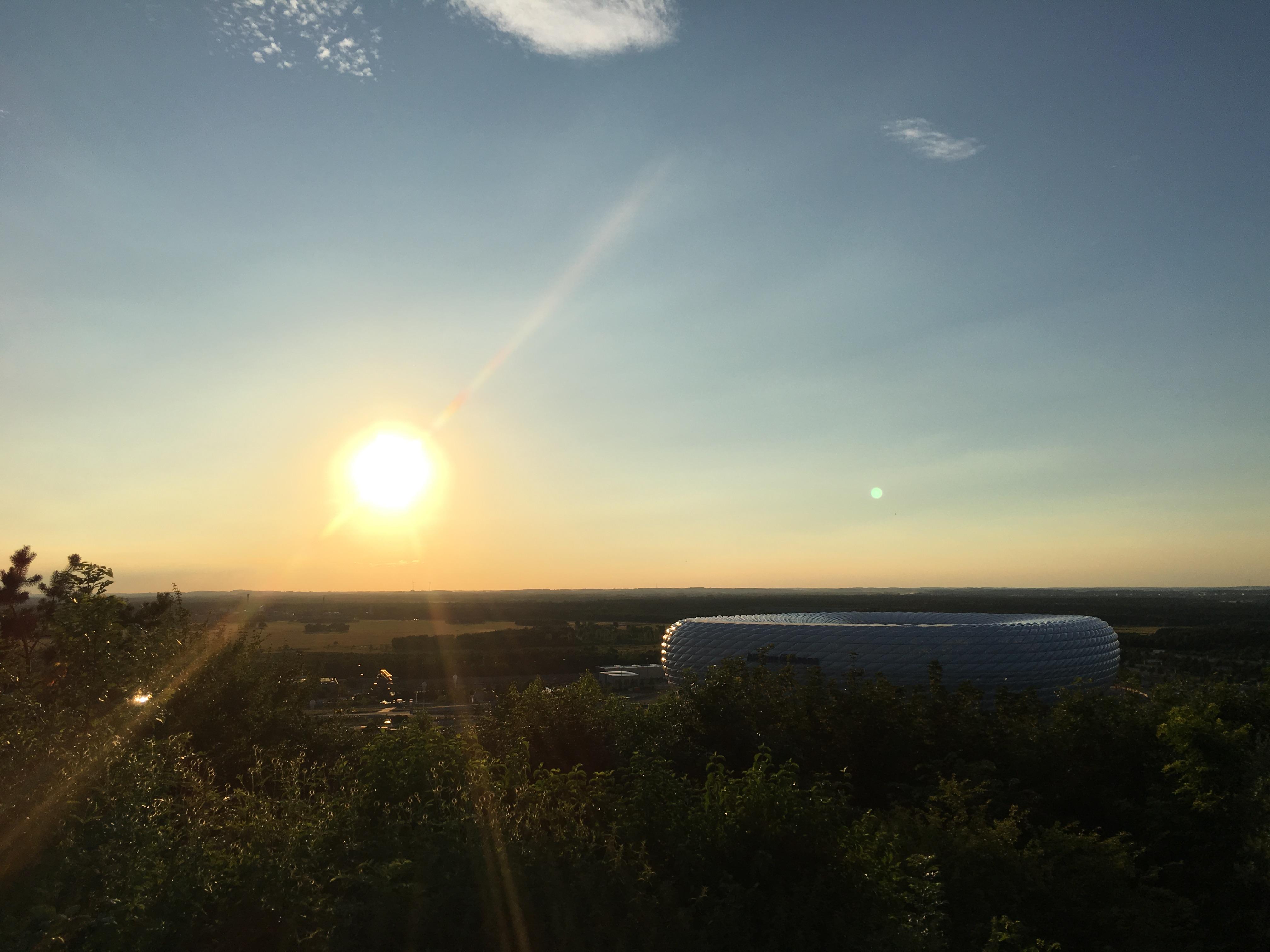 Die Allianz Arena in der untergehende Sonne.
