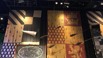 Die Banner der Häuser Slytherin und Gryffindor