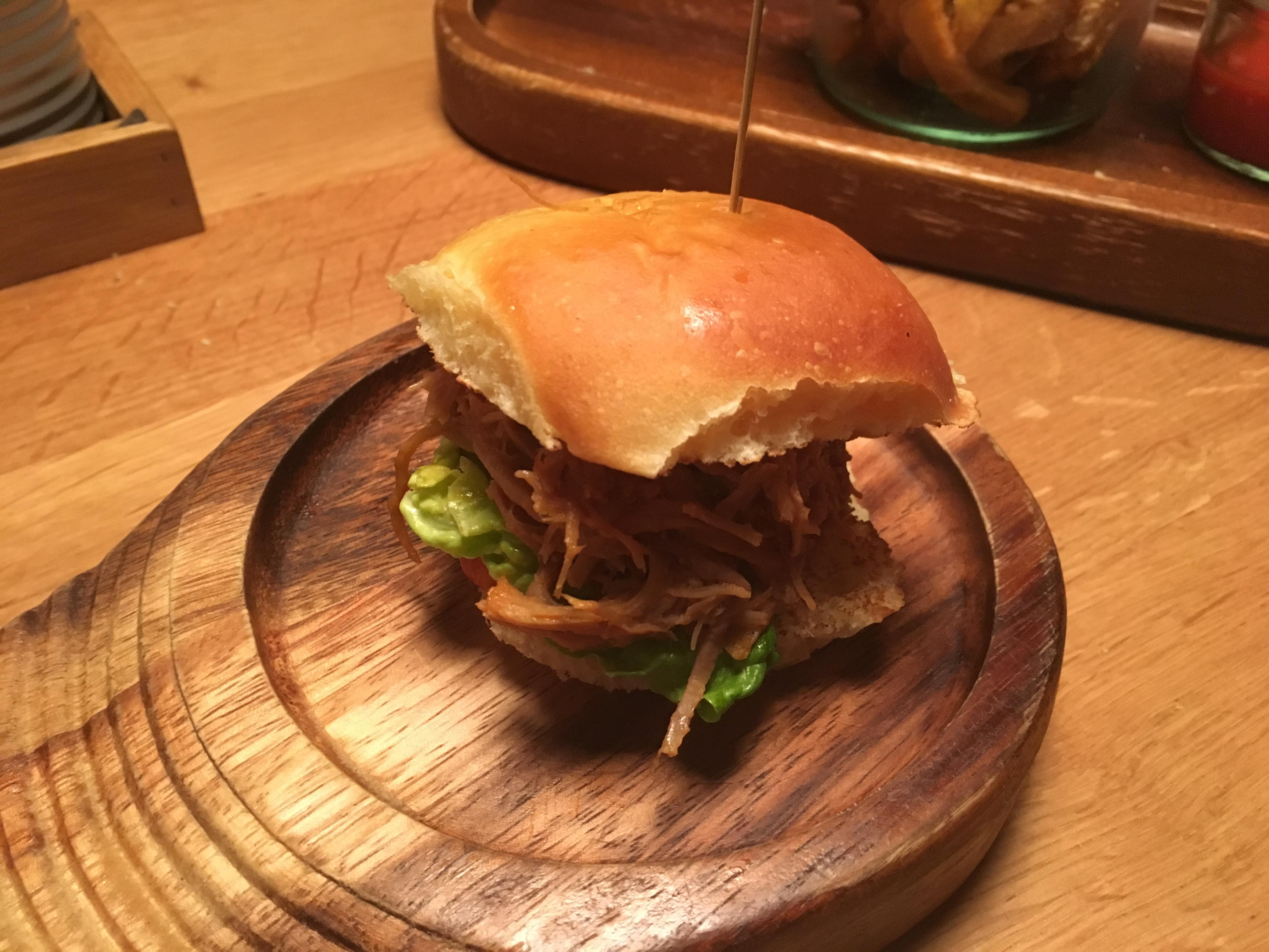 Der Burger-Nachschub wird auf kleinen Einzeltellern serviert
