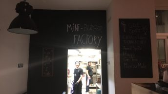 In der Mini-Burger Factory werden die leckeren Burger von lustigen Köchen zubereitet