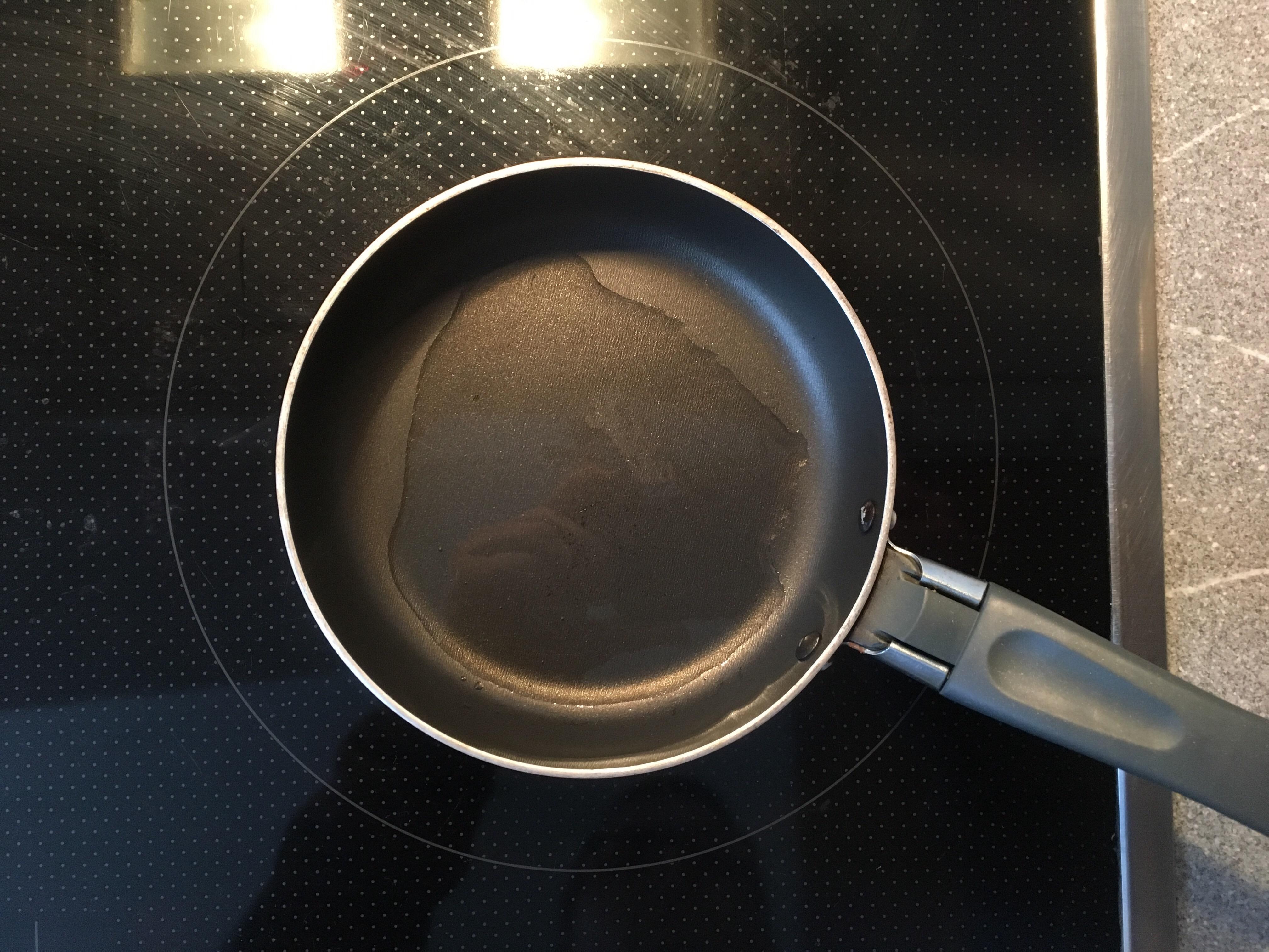 Die Pfannen mit Öl vorheizen