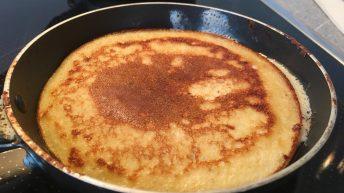 Die Pancakes sind fertig, wenn sie von beiden Seiten goldbraun sind